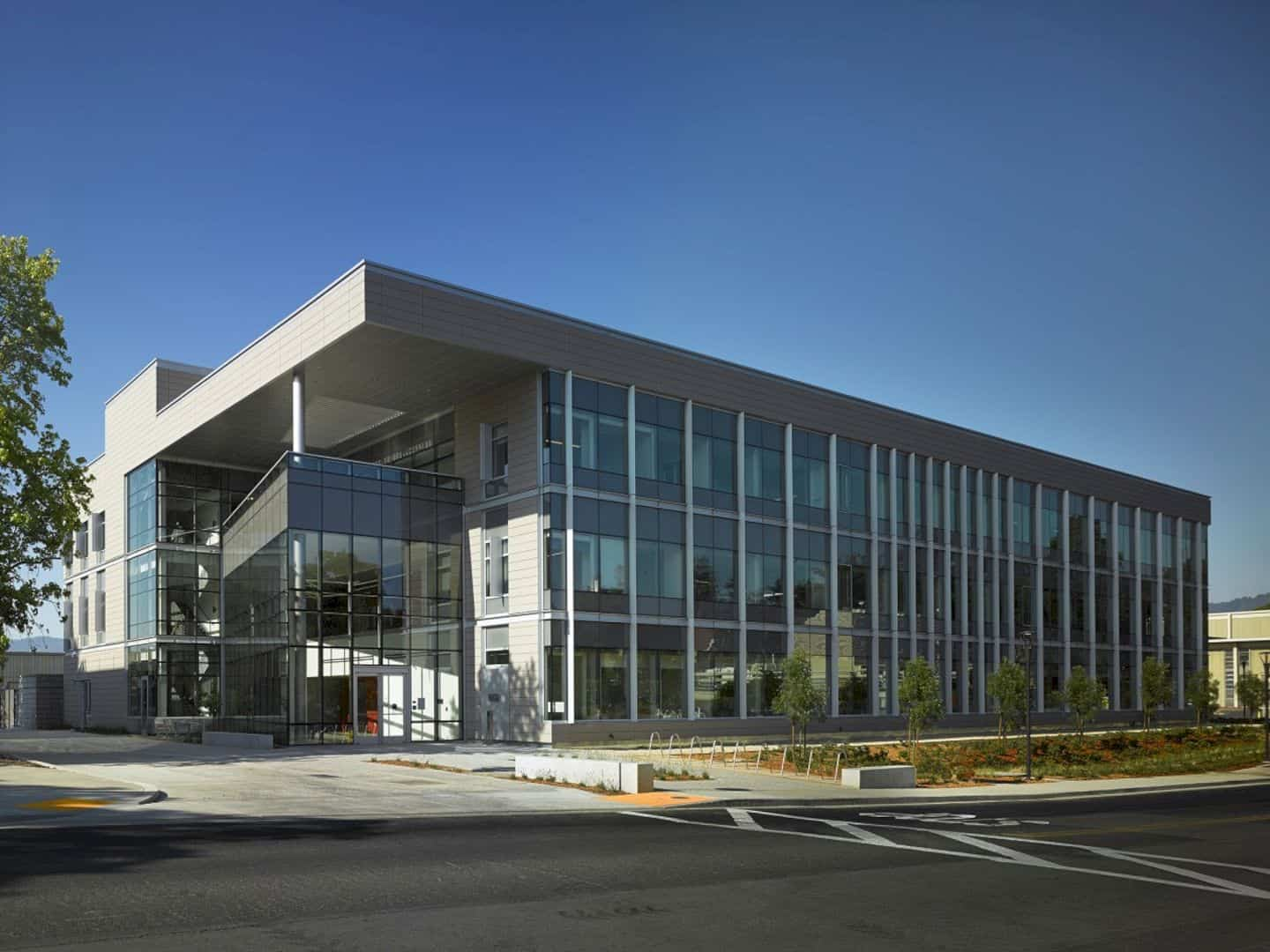 SLAC National Accelerator Laboratory Research Support Building: A Light-Filled and Modern Office Promoting Collaboration and Interaction