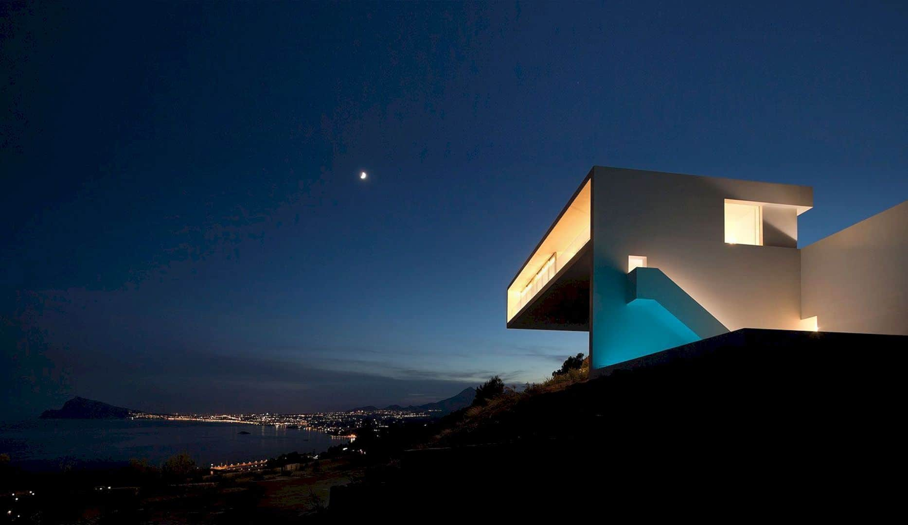 HOUSE ON THE CLIFF 4